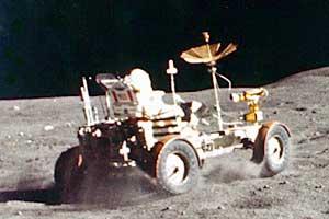 "Экспедиция ""Аполло-16"". Астронавт Джон Янг на ""луномобиле"". Кадр из кинофильма."