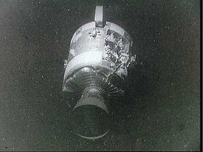 """Фото NASA AS13-59-8500. Служебный отсек корабля """"Аполлон-13"""", поврежденный взрывом."""