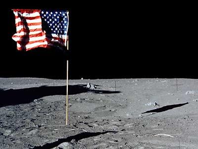 Фото NASA AS11-40-5905 (фрагмент). Флаг и тень от него.