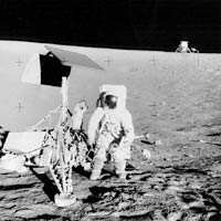 "Фото NASA AS12-48-7135. Астронавт Алан Бин рядом с аппаратом ""Сервейер-3"". На горизонте виден лунный модуль ""Аполлона-12""."