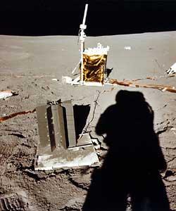 Фото NASA AS14-67-9366. Центральная часть комплекта научных приборов ALSEP: радиоизотопный электрогенератор и центральный блок.