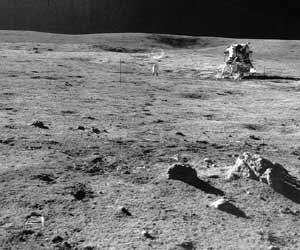 """Фото NASA AS14-68-9486. Лунный модуль """"Аполлона-14"""" и астронавт Алан Шепард (слева от него)."""