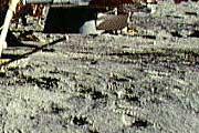 """Фото NASA AS14-66-9277 (фрагмент). """"Следы под соплом""""."""