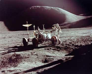 "Фото NASA AS15-86-11603. Астронавт Джеймс Ирвин и ""луномобиль"" на фоне горы Хэдли."