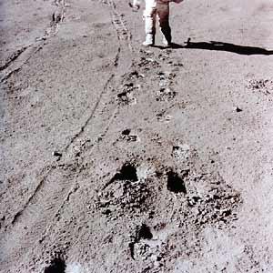 """Фото NASA AS15-86-11655. Следы """"луномобиля"""" и астронавта в лунной пыли."""