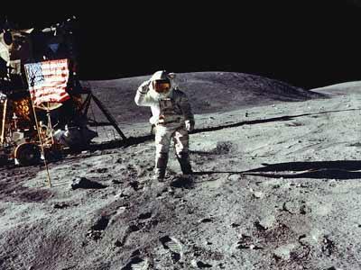 Фото NASA AS16-113-18342. Астронавт Чарльз Дьюк отдает честь флагу. На заднем плане - гора Каменная.