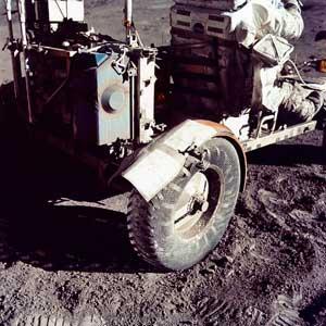 "Фото NASA AS17-137-20979. Ремонт ""луномобиля"" в полевых условиях. На сиденье - астронавт Харрисон Шмитт"