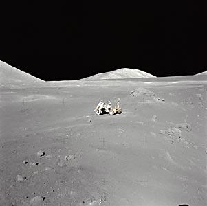 Фото NASA AS17-137-21011. Холмы и склоны в районе посадки «Аполлона-17»