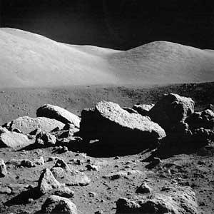 Фото NASA AS17-145-22159. Большие камни на валу кратера Камелот.