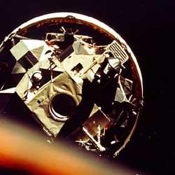 """Фото NASA AS17-148-22695 (фрагмент). Экспедиция """"Аполло-17"""". Перестроение отсеков. В кадре - лунный модуль, укрепленный на третьей ступени ракеты-носителя."""