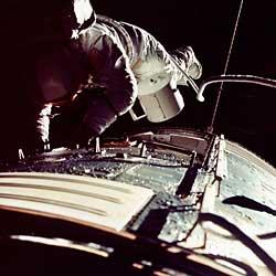 """Фото NASA AS17-152-23391. Экспедиция """"Аполло-17"""". Астронавт Рон Эванс возвращается в командный отсек с кассетой для пленки."""