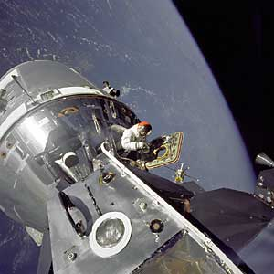 """Фото NASA AS9-20-3064. Экспедиция """"Аполло-9"""". Астронавт Дэвид Скотт выглядывает из открытого люка командного отсека."""