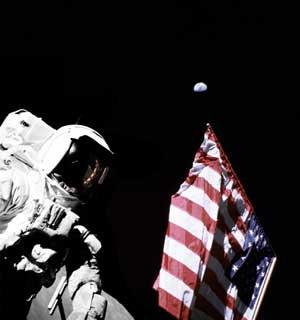 Фото NASA AS17-134-20384. Астронавт Харрисон Шмитт, флаг и Земля.