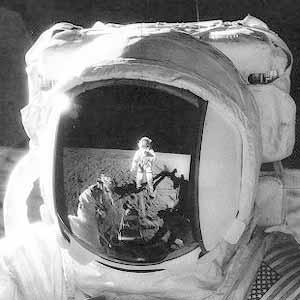Фото NASA AS12-49-7278 (фрагмент). Астронавт Алан Бин с контейнером для сбора образцов.
