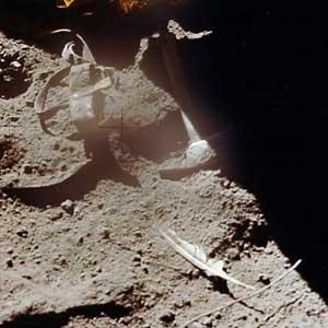 Фото NASA AS15-88-11890 (фрагмент). После опыта Галилея. Перо и молоток в лунной пыли.