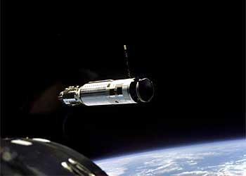 """Фото NASA S66-25781. Первая стыковка в космосе. Последняя ступень ракеты """"Аджена"""", к которой приближается корабль """"Джемини-8"""" для стыковки с ней. 16 марта 1966 г."""