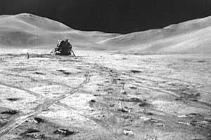 "Фото NASA AS15-82-11057. Лунный модуль ""Аполлона-15"" на фоне гор."