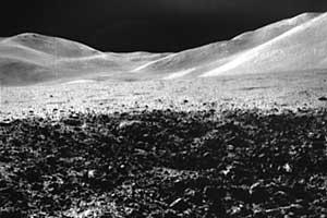 """Фото NASA AS15-82-11082. """"Относительно свежий"""" лунный кратер."""