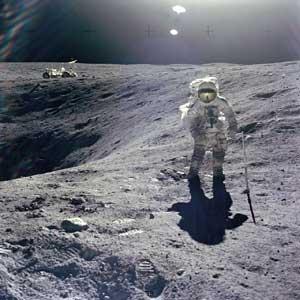 Фото NASA АS16-114-18423. Астронавт Чарльз Дьюк собирает геологические образцы.