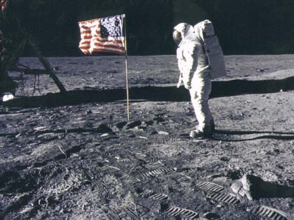 "Фото NASA  AS11-40-5875. Астронавт Эдвин Олдрин рядом с флагом. Фотография из  ""Microsoft Encarta Encyclopedia""."